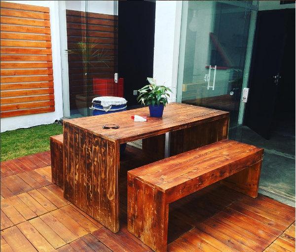 Mesa, bancos e deque (deck) de madeira