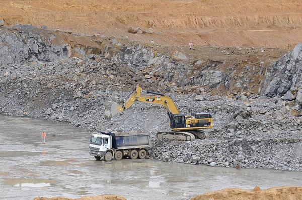 Escavadeira e Caminhão Basculante em Obra
